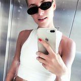 Schmale Sonnenbrillen im Retro-Style sind in diesem Sommer ein absolutes Must-Have. Das weiß Topmodel und Fashionista Lena Gercke natürlich auch und präsentiert ihr Modell mit diesem coolen Selfie auf Instagram.