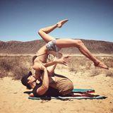 """""""Desert kisses"""", schreibt Twilight-Star Nikki Reed zu diesem ausgefallenen Kussfoto mit Ehemann Ian Somerhalder auf Instagram. Das Paar macht Yoga in der Wüste und verbrennt durch die Küsse sicherlich auch ein paar Kalorieren."""