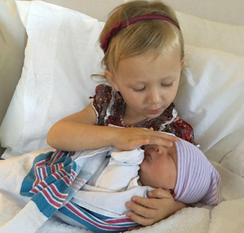 22. Mai 2018  Zu Hause angekommen wird der kleine Romeo von der großen Schwester Carmen liebevoll empfangen.