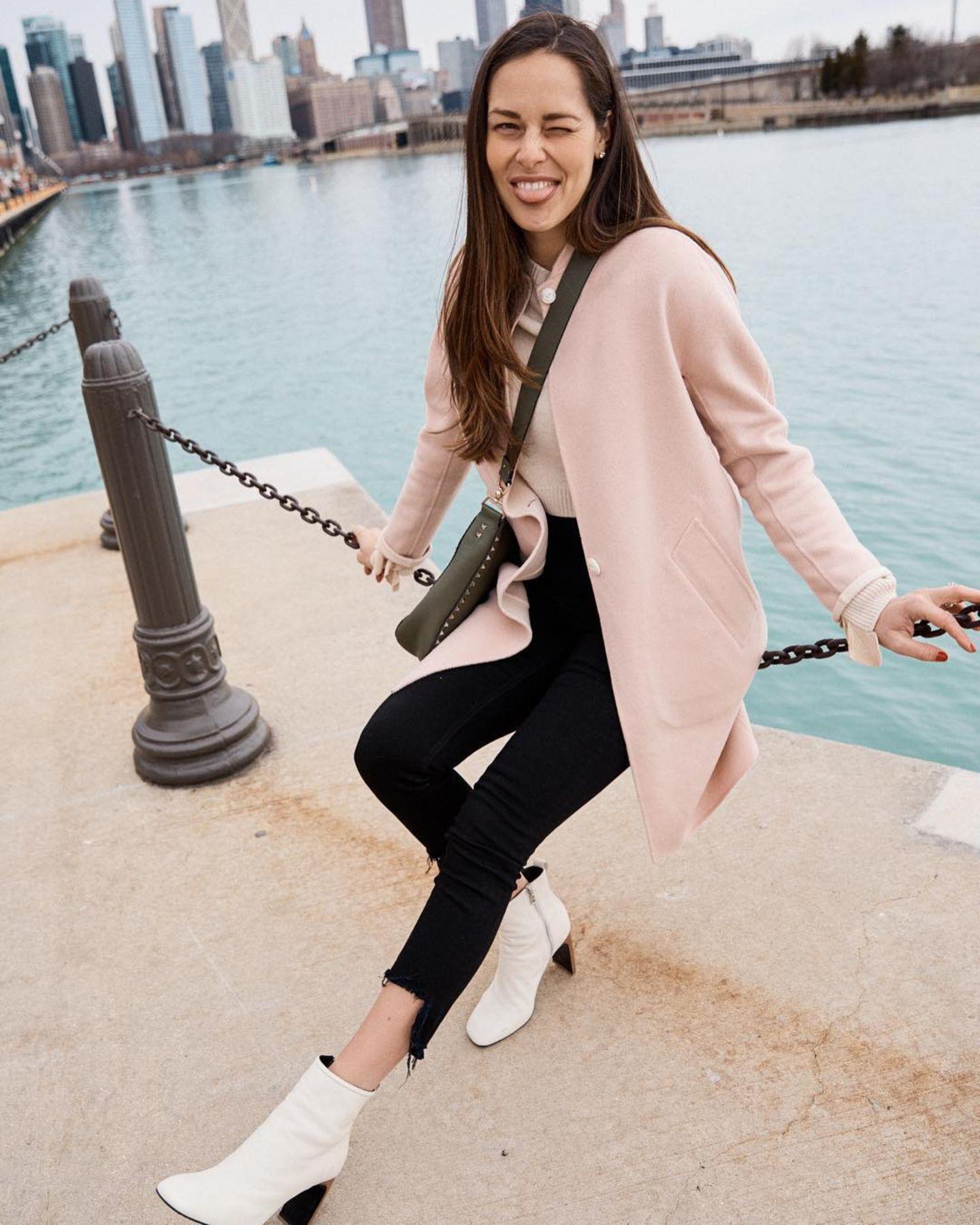 In fröhlichem Zartrosa läutet Ana Ivanovic den Frühling in Chicago ein. Ihr leichter Mantel schützt sie vor den noch kühlen Brisen der Stadt, dazu kombiniert sie eine schwarze Jeans und cremefarbene Stiefeletten. So super gestyltlässt sich die warme Jahreszeit perfekt genießen!