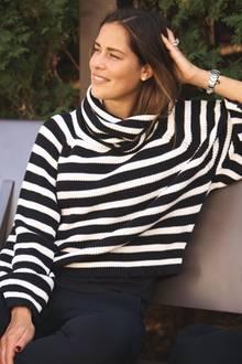 Mami mit Style:Ana Ivanovic liebt den casual Look und lässt ihn keinesfalls langweilig, sondern supermodern aussehen! In ihremschwarz-weißen Streifenpulli und ihrer schwarzer Hose fühlt sich das Tennis-Ass richtig wohl. Ihren klassischen Look wertet Ana zusätzlich mit hochwertigem Schmuck in Silber auf – total schick!