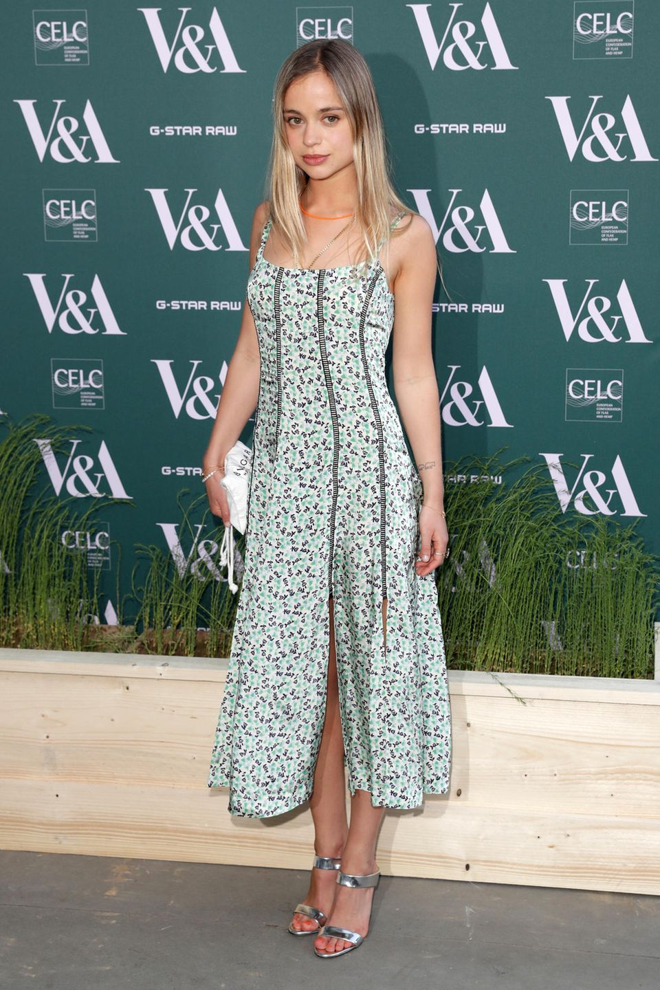 """Lady Amelia Windsor besucht das """"Fashioned From Nature""""-Event im V&A-Museumin London im frühlingshaften Blumen-Look."""