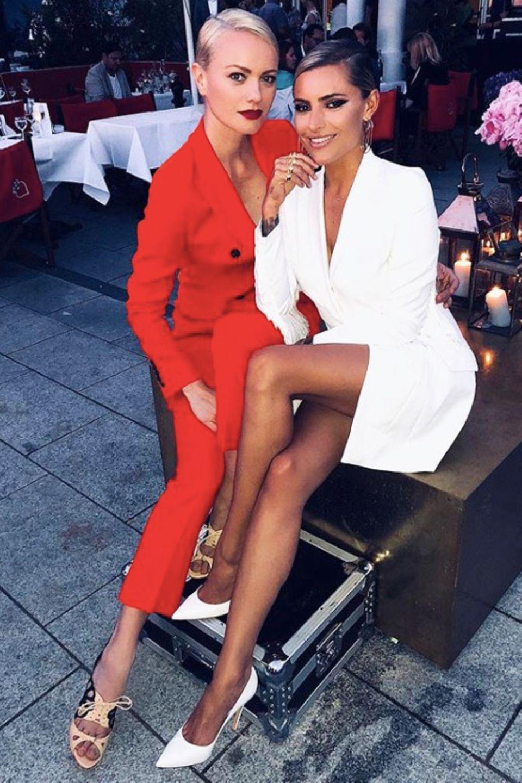 Gemeinsam mit Franziska Knuppe posiert sie bei dem Event und zeigt, dass ihr Blazerkleid ziemlich knapp ist und ihre tollen langen Beine betont.