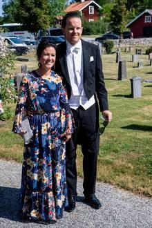 Emma Pernald kommt mit ihrem Mann Tomas Jonson.