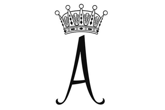 Prinzessin Adriennes Monogramm besteht aus einem geschwungenen A, das von einer Krone geziert wird. Im Gegensatz zu dem Wappen ist das Monogramm farblich sehr schlicht gehalten.