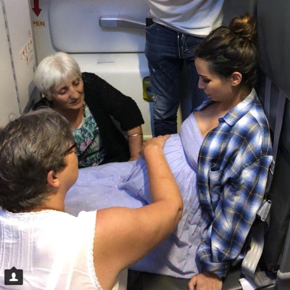 Sila Sahin und Ehemann Samuel Radlinger im Flugzeug. Fast wäre es über den Wolken zur Entbindung gekommen