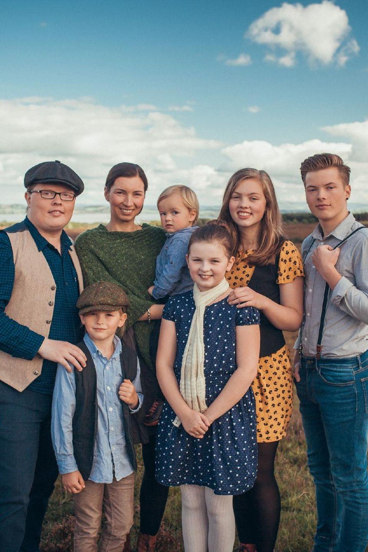 """Angelo Kelly (l.) und seine Familie werden von """"Goodbye Deutschland!"""" (VOX) bei einem Trip durch Irland begleitet. Sohn Gabriel (r.) will derweil in die Fußstapfen seines Vaters treten"""