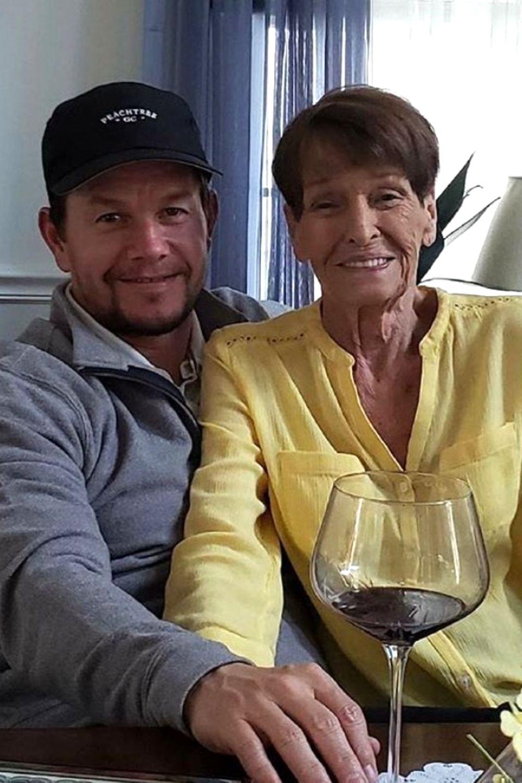 Hollywoodstar Mark Wahlberg nimmt Rücksicht auf seine betagte Mutter Alma Wahlberg und feiert seinen Geburtstag etwas früher am Tag.