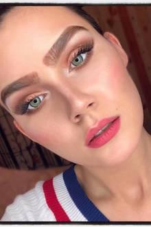 Ex-GNTM-Kandidatin Nathalie Volk ist bekannt für ihre markanten Augenbrauen und ihre wenig dezenten Make-up-Looks. Auf diesem Instagram-Schnappschuss sind ihre Brauen allerdings gar nicht mehr zu übersehen. Jetzt übertreibt es das Model wirklich.
