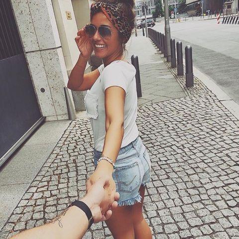 """""""Liebe findest du nicht, Liebe findet dich"""", schreibt Sarah Lombardi zu diesem Foto auf Instagram. """"Ich bin verliebt in jedem Moment, den ich mit dir verbringe"""" - dass die Ex von Pietro Lombardi nach der Trennung von Michal endlich wieder glücklich verliebt ist, könnte nicht klarer sein. Wer der Glückliche ist, hat sie noch nicht verraten, einzigsein kleinesTattoo am Unterarm könnte schneller Hinweise darauf geben, als ihr lieb ist."""