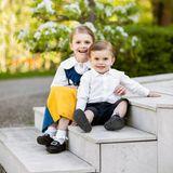 6. Juni 2018  Zum schwedischen Nationalfeiertag grüßen die stolzen Eltern Victoria und Daniel mit einem bezaubernden Foto ihrer Kinder Prinzessin Estelle und Prinz Oscar.