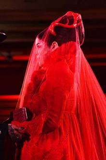 Während der Zeremonie tauscht das Paar verliebte Blicke aus. Kat Von DsKleid entspricht zwar nicht dem typischen Braut-Look, passt dafür allerdings umso besser zu ihr.
