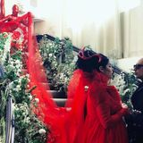 Wer braucht schon Brautjungfern? Kat von Ds Schleppe wurde von einer Person in einem farblich abgestimmten Ganzkörper-Latexanzug getragen.
