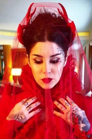 """US-Tattookünstlerin Kat Von D und Rafael Reyes, Mitglied der BandPrayers, haben""""Ja"""" gesagt. Die Bilder ihrer Hochzeit sind alles andere als durchschnittlich. Die etwas andere Traumhochzeit mit einer Braut in Blutrot."""