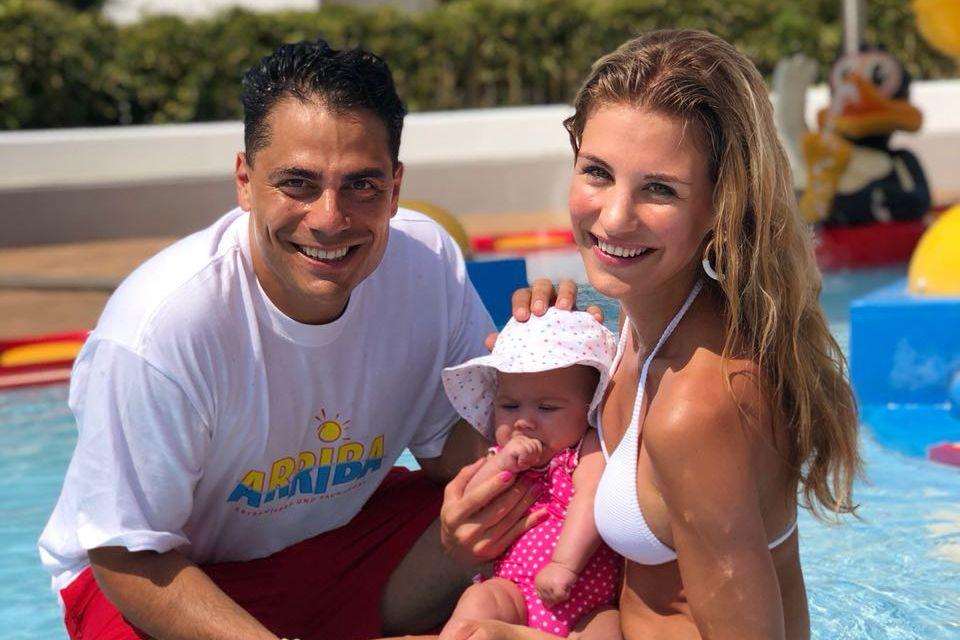 Silva Gonzalez undStefanie Schanzleh gehen mitElla Mariana schonzum Baby-Schwimmen