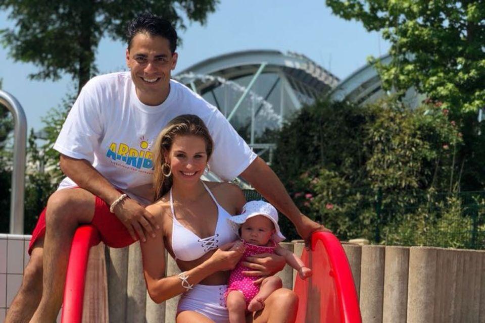 Silva Gonzalez und Stefanie Schanzleh auf einer Rutsche mit ihrer süßen Ella Mariana