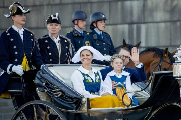 Prinzessin Victoria fährt zusammen mit Prinzessin Estelle und Ehemann Prinz Daniel in Richtung Skansen. Gekleidet in der schwedischen Tracht wird dort der Nationalfeiertag genossen.