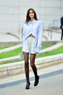 Erneut schockiert Model Kaia Gerber mit ihrer extrem schlanken Figur. In Shorts und Hemd geht sie völlig unter, daran kann auch eine blickdichte Strumpfhose nichts ändern ...