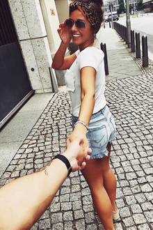 Mit diesem Instagram-Foto gibt Sängerin Sarah Lombardi offiziell bekannt, dass sie frisch verliebt ist. Ihr Look? Lässig, sportiv. In T-Shirt undJeansshorts beweist sie, dass sie sich vor ihrer neuen Liebe bereits ganz locker stylen kann. Das Paar scheint schon sehr vertraut - Sarahs schönstes Accessoire ist aber natürlich ihr strahlendes Lächeln.