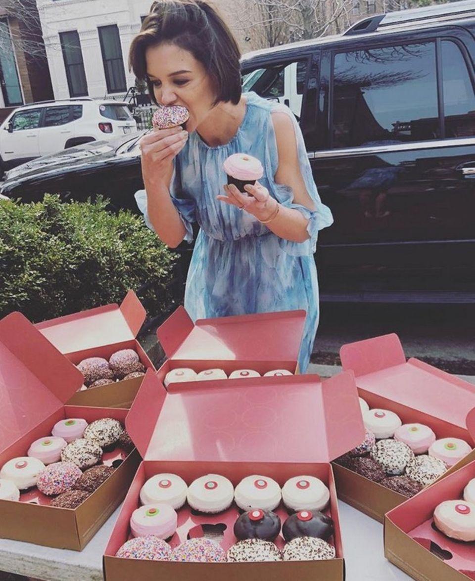 Yummie! Katie Holmes im Cupcake-Himmel. Die Schauspielerin weiß bei so viel Auswahl gar nicht, welchen süßen Kuchen sie zuerst probieren soll.