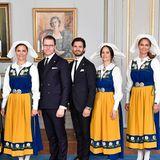 Am schwedischen Nationalfeiertag wird im Palast die Tracht herausgeholt. Dazu gehören auch die passenden Accessoires wie die weiße Haube und die dunklen Trachtenschuhe mit Spange, in die alle royalen Ladies schlüpfen. Ach nein, FAST alle.