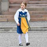 """Prinzessin Estelle trägt bei der Feier die """"Mini-Version"""" der traditionellen Tracht, die zum Beispiel ihre Mutter Victoria anhat."""