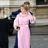 Donna Air lächelt das Mode-Malheur zwar gekonnt weg - jedoch macht es den Eindruck, dass das Kleid der TV-Persönlichkeit nicht richtig geschlossen war. Peinlich! Glücklicherweise findet sich en freundlicher Helfer.