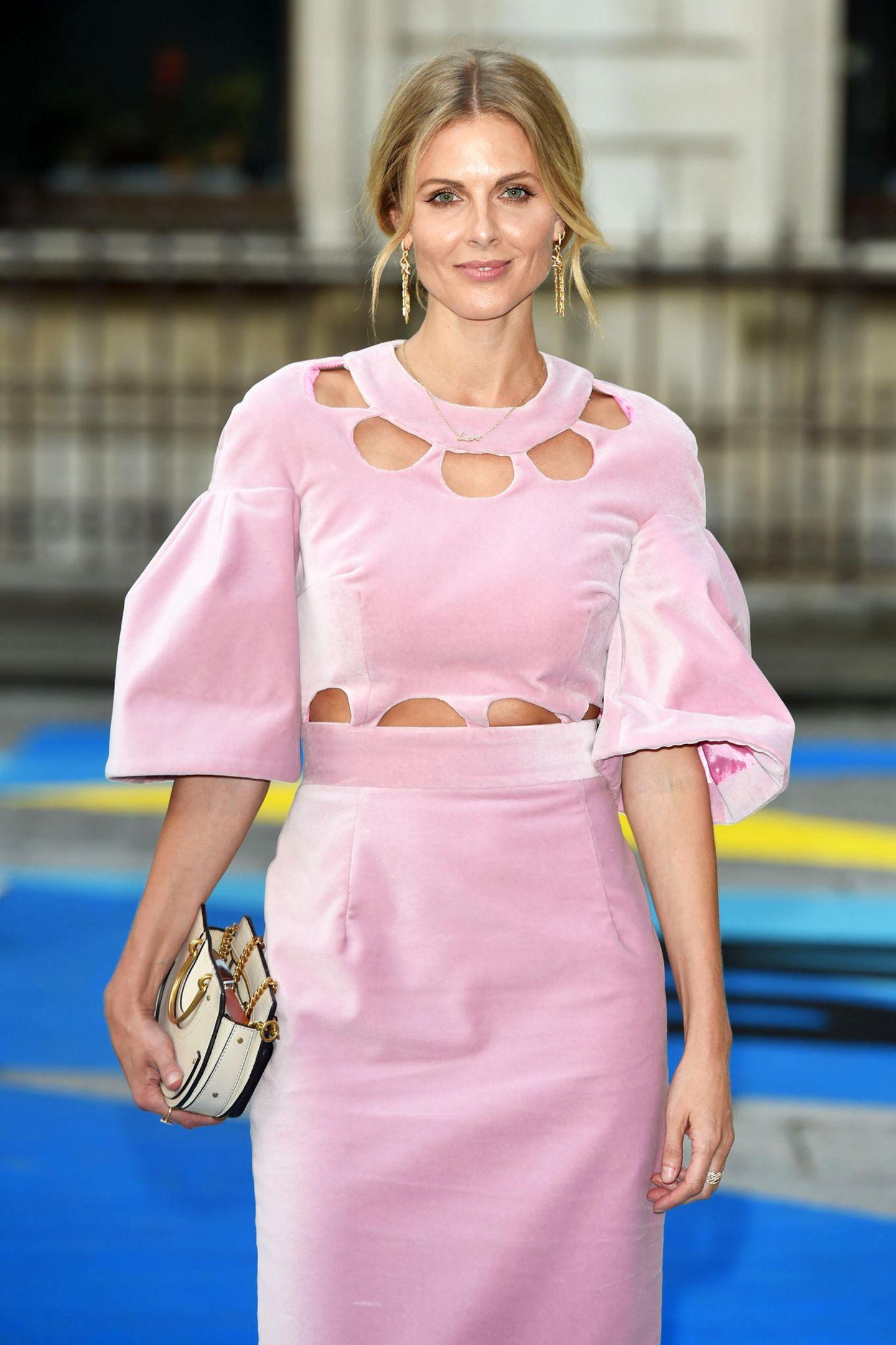 Bei der Royal Academy of Arts Summer Exhibition zeigt sich Donna Air, die ehemalige Lebensgefährtin von James Middleton, dem Bruder von Herzogin Catherine und Pippa, in einem rosafarbenen Midikleid mit Cut-Outs. Das hübsche Dress ist von Designerin TataNaka. Doch offenbar wird ihr dieses Kleid zum Verhängnis ...
