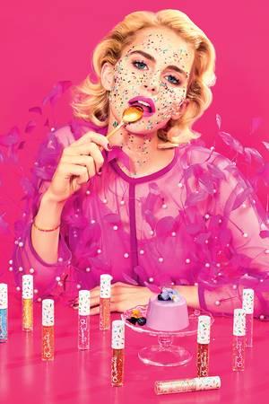 Oh Sweetie! Auf den Kampagnenbildernwird Caro mit knalligen Farben und süßen Leckereien in Szene gesetzt.