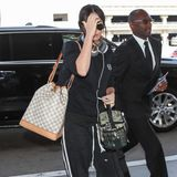 Beim Airport-Style kommt es auf die richtige Tasche an. Megan Fox setzt auf den Noé von Louis Vuitton und hält sich ansonsten sehr zurück.