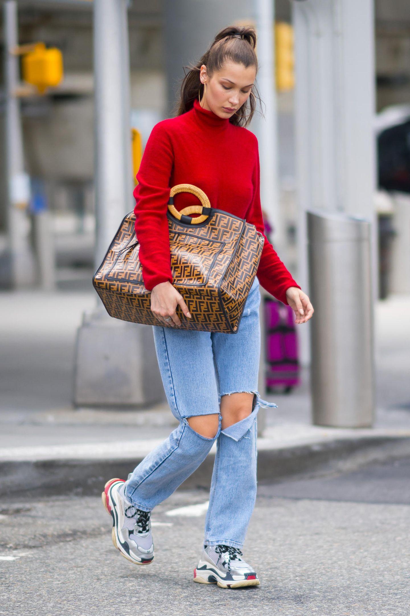 Bella Hadid fliegt in einem ziemlich coolen Look von A nah B. Nicht zu übersehen ist ihr Shopper von Fendi, in dem sie alles für ihre Reise unterbekommt.