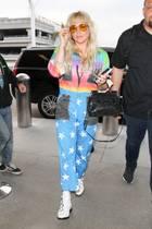 Auweia, was ist das nur für ein Overall, den Kesha hier am Flughafen trägt?! Da kann man nur hoffen, dass die Sicherheitsleute sie nicht weitergehen lassen und ihr den Rainbow-Space-Anzug direkt abnehmen.