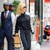 """Aber auch in ihrer eleganten """"Jogging""""-Variante macht die Schauspielerin eine tolle Figur. Ihre Haare trägt Cate Blanchett deutlich zerzauster als am Abend bei der Premiere. Ihr Gesicht ziert eine große, schwarze Sonnenbrille."""