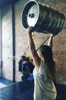 6. Juni 2018  Hilary Duff beweist Muskelkraft: Dass das Fass leer ist, ignorieren wir freundlicherweise mal.
