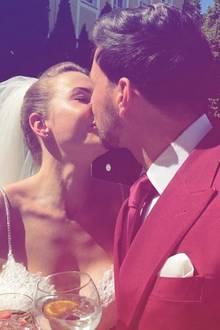 Ex-Bachelor Leonard Freier küsst seine Braut Caona.