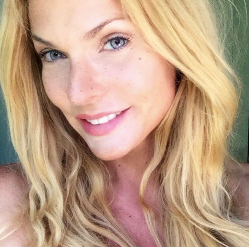 Erkennen Sie diese natürliche Schönheit? Es ist Sonya Kraus! Die Moderatorin gönnt ihrer Haut ein Make-up-Detox und postet dieses Selfie auf Instagram. Wahnsinnig hübsch!