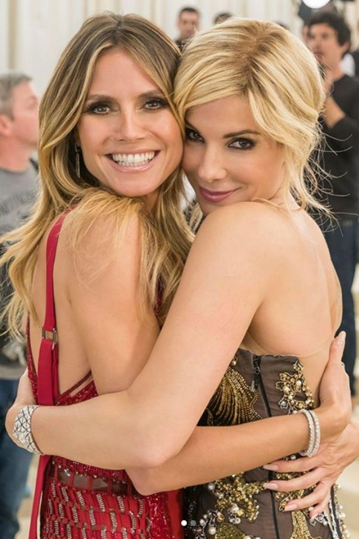 """Ihre feste Umarmung zeigt es: Heidi Klum und Hollywoodstar Sandra Bullock mögen sich. Fans dürfen sich freuen, die beiden schönen Damen im Film """"Oceans 8"""" brillieren zu sehen."""