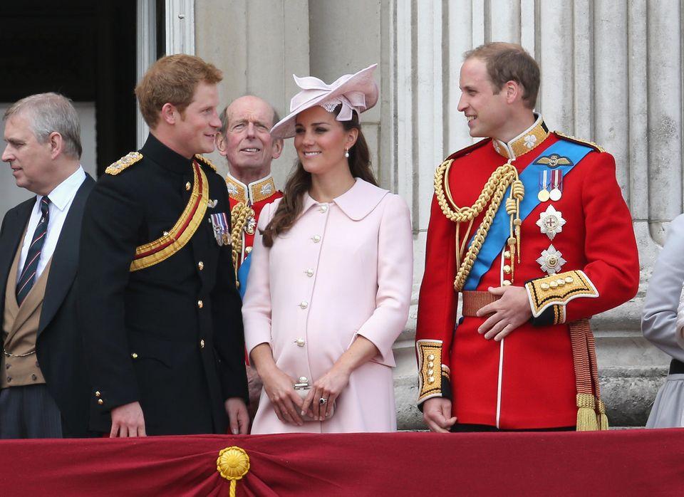 Der maßgeschneiderte Mantel mit süßem Kragen und Perlenknöpfen kommt erneut von Alexander McQueen. Dazu hält sie sich schützend eine passende, graue Alexander McQueen Clutch vor ihr wachsendes Bäuchlein.