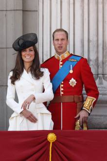 Als sie dann neben ihrem William auf dem Balkon steht, werden die tollen Details ihres Looks sichtbar: Auffällige Falten um die Hüfte betonen ihre schmale Taille zusätzlich. Ein echter Hingucker ist zudem ihr funkelnder Verlobungsring.