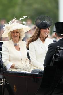 Kurz nach ihrer großen Traumhochzeit mit Prinz William im Jahr 2011 ist Herzogin Catherine zum ersten Mal bei der Geburtstagsparade für die Queen dabei. Neben Herzogin Camilla sitzt sie sichtlich nervös in der Kutsche auf dem Weg zum Palast.