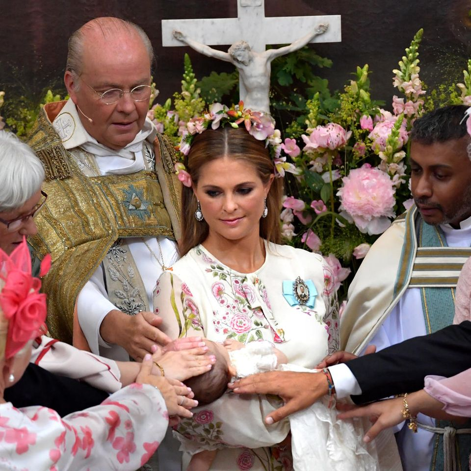 Prinzessin Madeleine (Mitte) genießt die zauberhafte Taufzeremonie ihrer Tochter Adrienne.