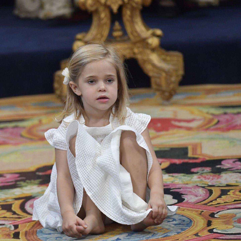 Sie hat ganz klar ihren eigenen Kopf: Adriennes große Schwester, Prinzessin Leonore,macht es sich barfuß auf dem Boden der Kapelle bequem.