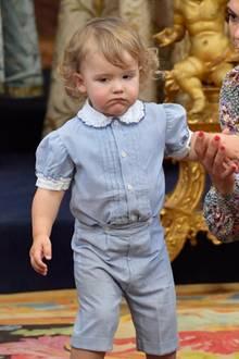 36 Jahre später steht ihm Sohnemann Prinz Alexander in Nichts nach. Er hat nicht nur die Löckchen sondern auch den Anzug von seinem Papa geerbt. Süß!
