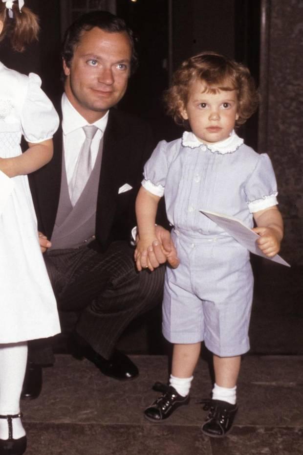 In 1982 ist Prinz Carl Philip im zarten Alter von drei Jahrenein niedlicherLockenkopf, der in einem hellblauen Anzug samt Bubikragen einfach zum Knuddeln aussieht.