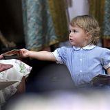 Schwer beschäftigt: Prinz Alexander, Sofias und Carl Philips Sohn, teilt Heftchen während der Taufzeremonie aus.