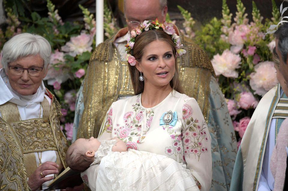 Prinzessin Madeleine hält ihre schlafende Tochter im Arm.