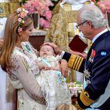 Drei Generationenverewigt auf einem Foto: Prinzessin Madeleine und ihr Vater König Carl Gustaf bewundern das Taufkind Adrienne.