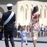 Prinz Carl Philip und Prinzessin Sofia verlassen mit ihrem fröhlich strampelndenSohn Prinz Alexander die Schlosskirche.