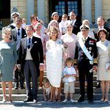 Unter strahlendem Sonnenschein versammelt sich die royale Familie für ein Gruppenfoto.