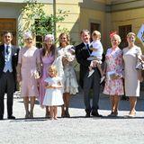 Vor der Schlosskirche wird die Zeit für traditionelle Gruppenfotos genutzt. Mittendrin: Prinzessin Madeleine, Ehemann Chris O'Neill und ihre Kinder Leonore, Nicolas und Adrienne.